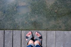 Πόδια ατόμων στην ξύλινη γέφυρα στοκ φωτογραφία με δικαίωμα ελεύθερης χρήσης