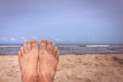 Πόδια ατόμων στην παραλία Στοκ φωτογραφίες με δικαίωμα ελεύθερης χρήσης