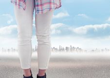 Πόδια γυναίκας μπροστά από το τοπίο πόλεων Στοκ εικόνες με δικαίωμα ελεύθερης χρήσης