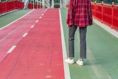 Πόδια γυναικών στα κόκκινα παπούτσια αντισφαίρισης σε ένα εκλεκτής ποιότητας κενό αυτοκίνητο τραίνων FEM στοκ εικόνες