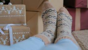 Πόδια γυναικών στις θερμές κάλτσες απόθεμα βίντεο