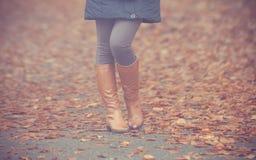 Πόδια γυναικών στις καφετιές μπότες Μόδα πτώσης στοκ φωτογραφία με δικαίωμα ελεύθερης χρήσης