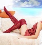 Πόδια γυναικών στις κόκκινες γυναικείες κάλτσες Στοκ Εικόνες