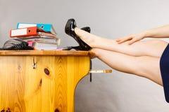 Πόδια γυναικών στο σύνολο γραφείων των συνδέσμων δαχτυλιδιών Στοκ Εικόνες