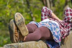 Πόδια γυναικών ` s έννοια του υπολοίπου και της χαλάρωσης Πέλμα παπουτσιών, ζευγάρι Στοκ Φωτογραφίες