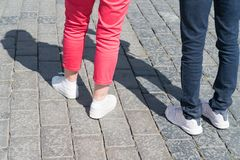 Πόδια δύο ανθρώπων από την οπίσθια στάση Στοκ φωτογραφίες με δικαίωμα ελεύθερης χρήσης