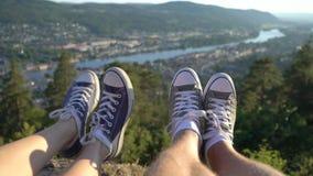 Πόδια εάν νέο ζεύγος στα πάνινα παπούτσια στο υπόβαθρο της κοιλάδας με τον ποταμό απόθεμα βίντεο