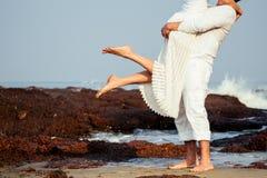 Πόδια ενός αγαπώντας ζεύγους που αγκαλιάζει στην παραλία στοκ φωτογραφία με δικαίωμα ελεύθερης χρήσης