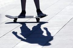 Πόδια ενός ατόμου που κυλά σε έναν πίνακα κυλίνδρων Στοκ φωτογραφία με δικαίωμα ελεύθερης χρήσης