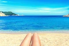 Πόδια ενός κοριτσιού στην παραλία στοκ φωτογραφίες με δικαίωμα ελεύθερης χρήσης
