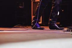 Πόδια ενός τραγουδιστή σε μια συναυλία στοκ φωτογραφία με δικαίωμα ελεύθερης χρήσης