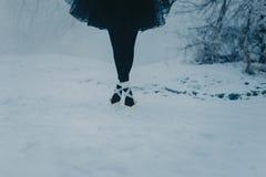 Πόδια ενός ballerina σε άσπρο Pointe στο χιόνι στοκ εικόνες