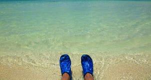 πόδια ευτυχή Διακοπές διακοπών Ζευγάρι των ποδιών ενός ζεύγους που χαλαρώνει στην παραλία στο νερό Στοκ Εικόνες