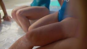 Πόδια ζευγών στη ρομαντική φυγή Hot Tub Jacuzzi Spa υπαίθρια τοπ άποψης πολλά θηλυκά πόδια στο τζακούζι απόθεμα βίντεο