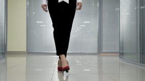 Πόδια και πόδια λεπτομέρειας της επιχειρηματία που περπατά στο εσωτερικό στην αρχή απόθεμα βίντεο
