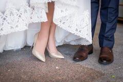 Πόδια και πόδια του παντρεμένου ζευγαριού στα μοντέρνα παπούτσια Στοκ Φωτογραφίες