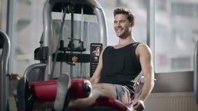Πόδια κατάρτισης ατόμων ικανότητας στην αθλητική μηχανή στη σύγχρονη λέσχη γυμναστικής απόθεμα βίντεο