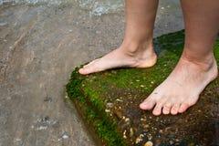 πόδια κοντά στη μόνιμη γυναί&kappa Στοκ φωτογραφίες με δικαίωμα ελεύθερης χρήσης