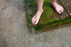 πόδια κοντά στη μόνιμη γυναί&kappa Στοκ εικόνα με δικαίωμα ελεύθερης χρήσης