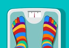 Πόδια με τις κάλτσες toe που στέκονται στην κλίμακα στοκ εικόνες