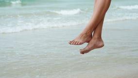 Πόδια μιας γυναίκας που χαλαρώνει στην ταλάντευση φιλμ μικρού μήκους