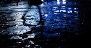 Πόδια μιας νέας γυναίκας που περπατά στη νύχτα Στοκ Φωτογραφία