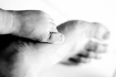 πόδια μωρών dads Στοκ Εικόνες