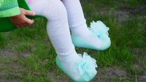 Πόδια μωρών ` s στα τυρκουάζ παπούτσια με τα τόξα απόθεμα βίντεο