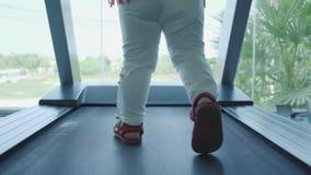 Πόδια μωρών treadmill στη γυμναστική φιλμ μικρού μήκους