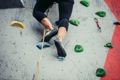 Πόδια ορειβατών βράχου να αναρριχηθεί στα παπούτσια κοντά επάνω Στοκ Φωτογραφίες
