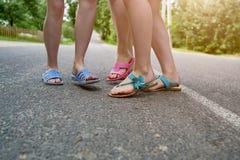 Πόδια παιδιών στις παντόφλες στην άσφαλτο στοκ εικόνες