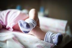 Πόδια παιδιών ` s στις παντόφλες υπό μορφή κουνελιού Στοκ Εικόνες