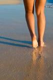 πόδια παραλιών που μαυρίζ&omicr Στοκ Φωτογραφία