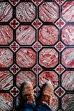 Πόδια που πυροβολούνται Talavera vinatge στα κεραμίδια πατωμάτων στοκ εικόνα