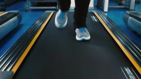 Πόδια που τρέχουν treadmill φιλμ μικρού μήκους