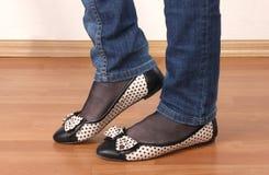 Πόδια στα τζιν και τα επίπεδα παπούτσια μπαλέτου Στοκ εικόνες με δικαίωμα ελεύθερης χρήσης