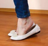 Πόδια στα τζιν και τα επίπεδα παπούτσια μπαλέτου Στοκ Εικόνες