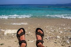 Πόδια στην παραλία στα κύματα _ στοκ εικόνες