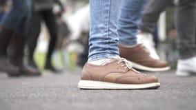 Πόδια στις μπότες δέρματος φιλμ μικρού μήκους