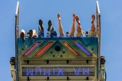Πόδια στον αέρα στο funfair στοκ εικόνες