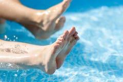 Πόδια στο καταβρέχοντας νερό λιμνών Στοκ Εικόνες