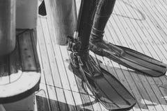 Πόδια στο μαύρο λάστιχο wetsuit και τα βατραχοπέδιλα στοκ φωτογραφίες με δικαίωμα ελεύθερης χρήσης