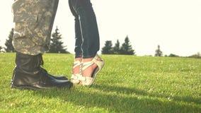 Πόδια της ένωσης μικρών κοριτσιών στις μπότες στρατιωτών του πατέρα φιλμ μικρού μήκους
