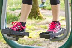 Πόδια της ηλικιωμένης ανώτερης γυναίκας στην υπαίθρια γυμναστική, υγιής τρόπος ζωής στην έννοια μεγάλης ηλικίας στοκ εικόνες