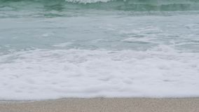 Πόδια της νέας γυναίκας που πηγαίνουν κατά μήκος της ωκεάνιας παραλίας κατά τη διάρκεια της ανατολής Κορίτσι που περπατεί στην υγ απόθεμα βίντεο