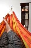 Πόδια του ατόμου που ξαπλώνει στη φωτεινή αιώρα Στοκ εικόνα με δικαίωμα ελεύθερης χρήσης