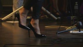 Πόδια του εκτελεστή στη σκηνή στη συναυλία απόθεμα βίντεο