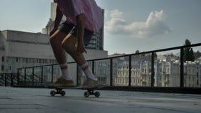 Πόδια του νεαρού άνδρα skateboarder που κάνει skateboard το τέχνασμα στην ημέρα το καλοκαίρι, αθλητική έννοια, αστική έννοια απόθεμα βίντεο