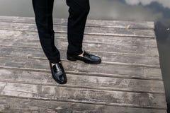 Πόδια του νεόνυμφου, γαμήλια παπούτσια που στέκονται στο ξύλινο πάτωμα στοκ εικόνες με δικαίωμα ελεύθερης χρήσης