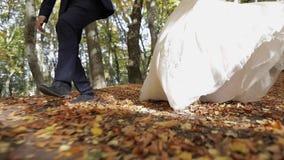 Πόδια του νεόνυμφου με τη νύφη στο δασικό πάρκο Γαμήλιο ζεύγος Ευτυχής οικογένεια απόθεμα βίντεο